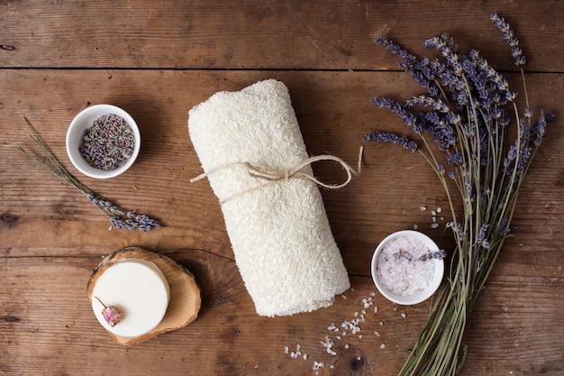 Hoogste meningssamenstelling met lilac bloem op houten achtergrond