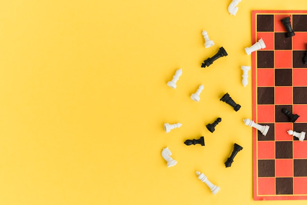 Hoogste meningsschaakbord op gele achtergrond