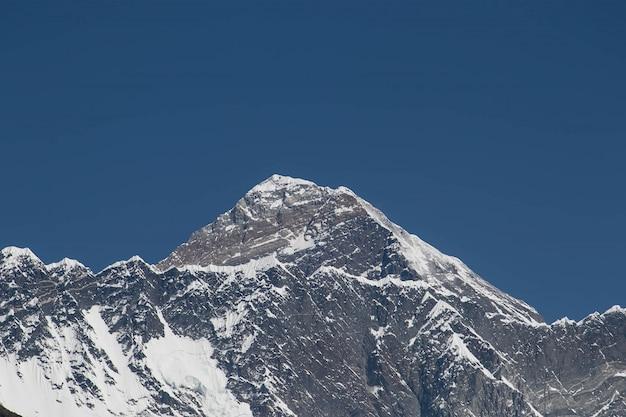Hoogtepunten van de everest vanuit een lager gelegen dorp in nepal