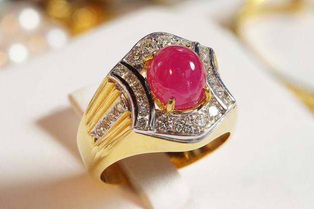 Hoogwaardige edelstenen accessoires, goud, diamant, robijn, parel, oorbellen