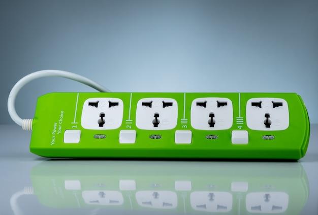 Hoogwaardige en veiligheidsstekkerdoos met vier standaard stopcontacten. groene universele stekker met overbelastingsbeveiliging. brandwerend materiaal voor dekking. zekering. individuele schakelaar.