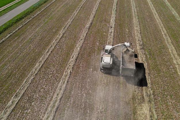 Hooi oogsten van het veld bovenaanzicht van de drone