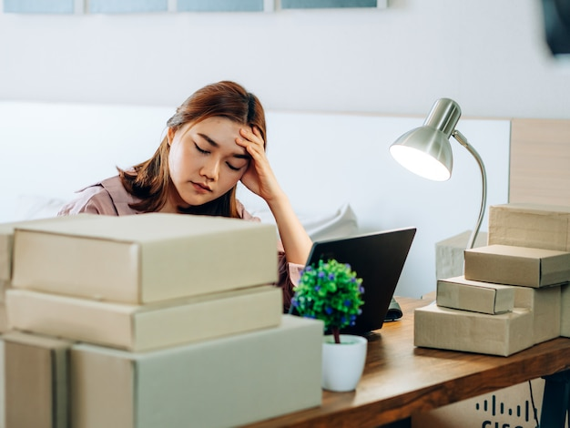 Hoon zaken online verkopersconcept, aziatische vrouwen met haar freelance baan online bedrijfsverkoper.