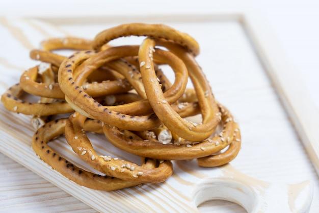 Hoop bagels met sesamzaadjes op houten achtergrond