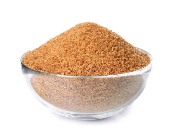 Hoop bruine suiker in kom, geïsoleerd op wit Premium Foto