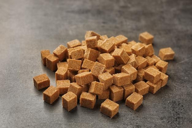 Hoop bruine suiker op tafel