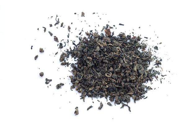 Hoop droge groene thee geïsoleerd bovenaanzicht