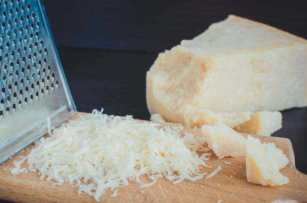 Hoop geraspte parmezaanse kaas