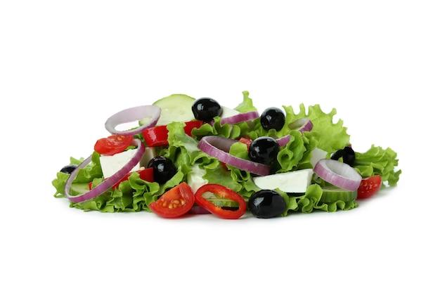 Hoop griekse salade geïsoleerd op een witte ondergrond