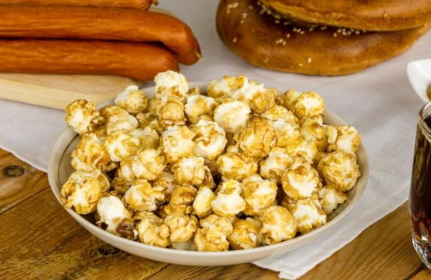 Hoop popcorn in plaat op houten tafel