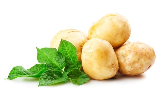 Hoop rijpe aardappelen groente met groene bladeren geïsoleerd op een witte achtergrond