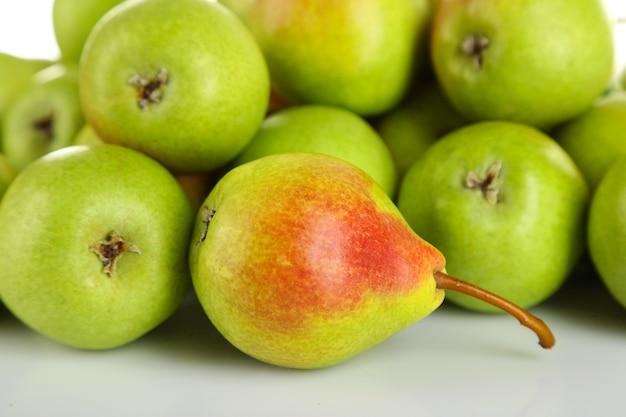 Hoop rijpe smakelijke peren close-up