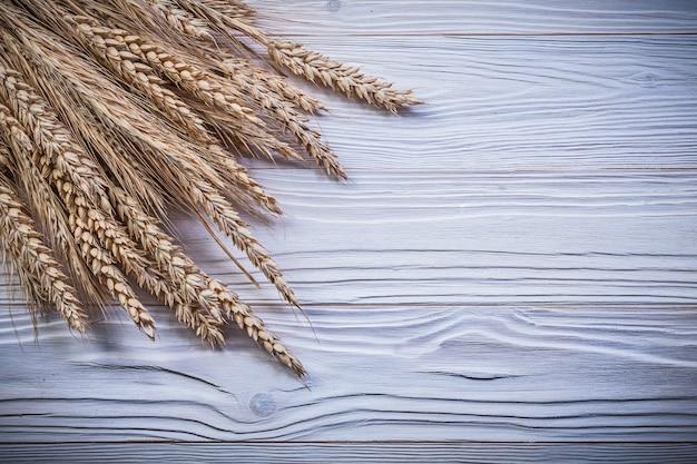 Hoop rijpe tarwe rogge oren op een houten bord