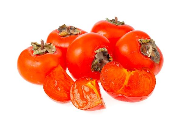 Hoop rijpe zoete oranje dadelpruimen die op witte lijst worden geïsoleerd.