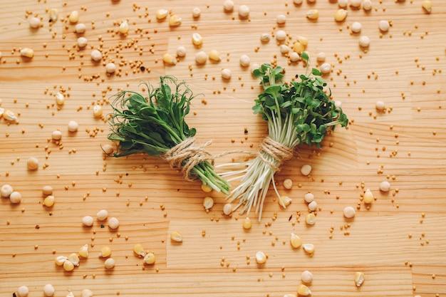 Hoop van bieten microgreens op lijst