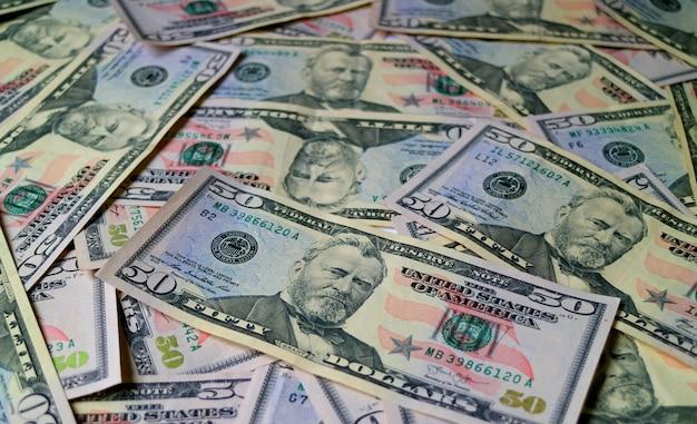 Hoop van de vijftig dollarsrekeningen van de verenigde staten met selectieve nadruk en vage achtergrond