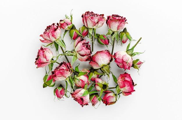 Hoop van gedroogde rode rozen op witte achtergrond