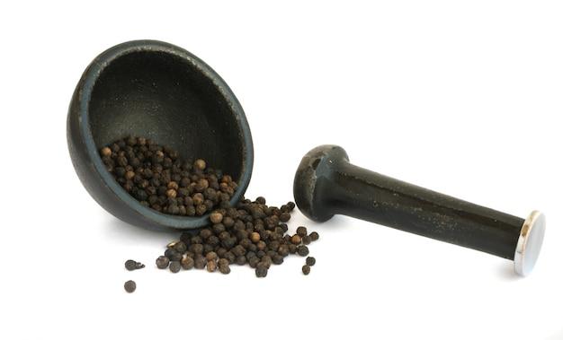 Hoop van hete zwarte peper zaden geïsoleerd