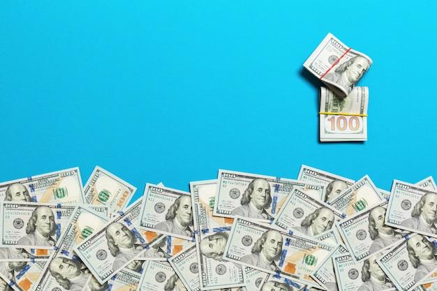 Hoop van honderd dollarsrekeningen op coled hoogste mening als achtergrond, met lege plaats uw tekst bedrijfsgeldconcept