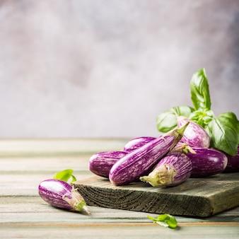 Hoop van kleine aubergine of aubergine