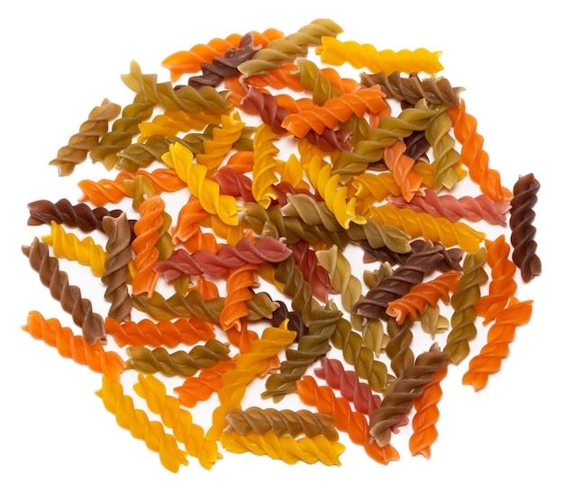 Hoop van kleurrijke fusilli pasta geïsoleerd op een witte achtergrond.