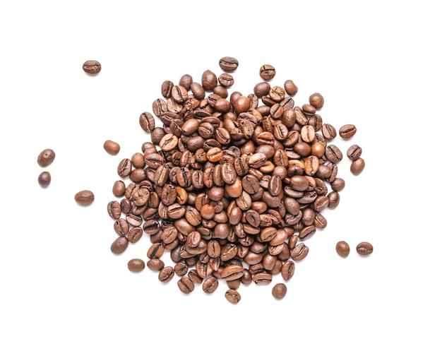 Hoop van koffiebonen op witte achtergrond