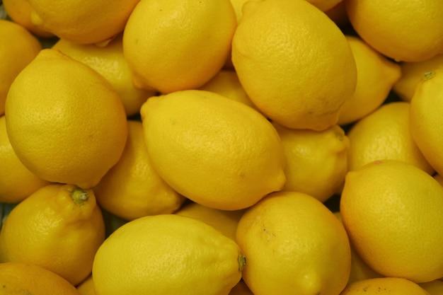 Hoop van levendige gele citroenen in de markt