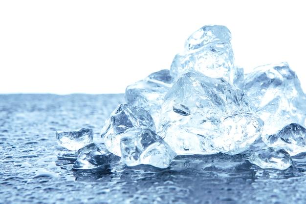 Hoop van verpletterd ijs op wit