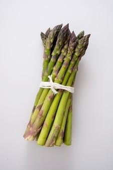 Hoop van verse asperges geïsoleerd. verse groenten.