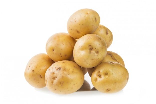 Hoop van verse jonge aardappels die op wit worden geïsoleerd