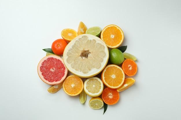 Hoop van verse rijpe citrusvruchten op witte achtergrond