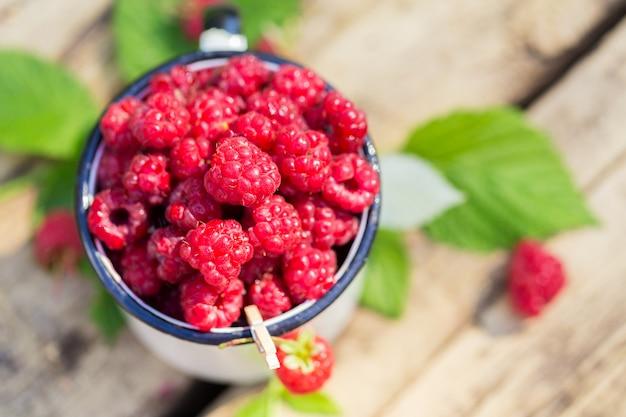 Hoop van verse zoete frambozen kopje vitamine fruit