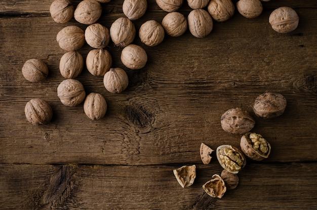 Hoop van walnoten op houten rustieke achtergrond. vet lag, bovenaanzicht,. gezond eten.