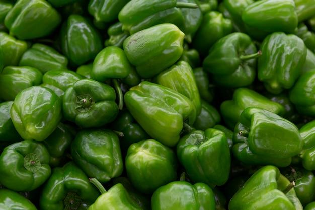 Hoop van zoete groene paprika's. gezonde voeding en vitamines tijdens het koude seizoen