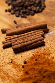 Hoop verschillende kruiden op de tafel