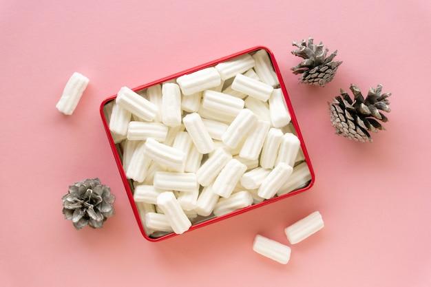 Hoop witte marshmallows in doos op roze