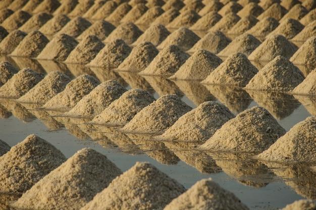 Hoop zeezout in een veld voorbereid voor de oogst