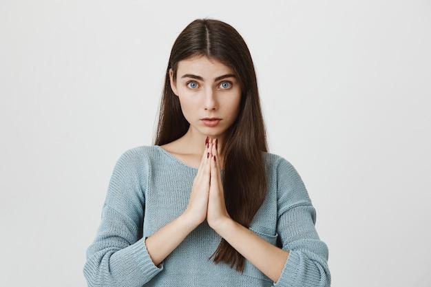 Hoopvolle volwassen vrouw die om hulp smeekt, smeekt, verontschuldiging vraagt