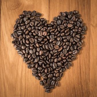 Hoor de liefdesvorm gemaakt van gebrande koffieboon