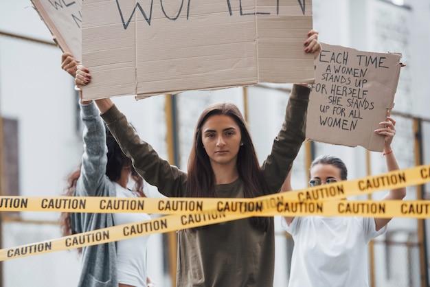 Hoor ons. een groep feministische vrouwen protesteert buitenshuis voor hun rechten