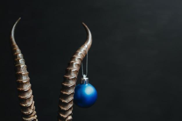 Hoorns met een kerstboomspeelgoed