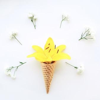 Hoorns van de bloem de gele lelie voor roomijs en witte bloemengypsophila rond op een witte achtergrond.