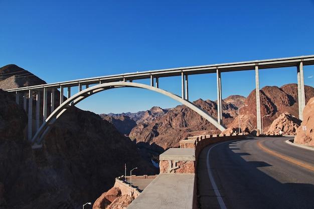 Hoover dam in de woestijn van nevada, de vs