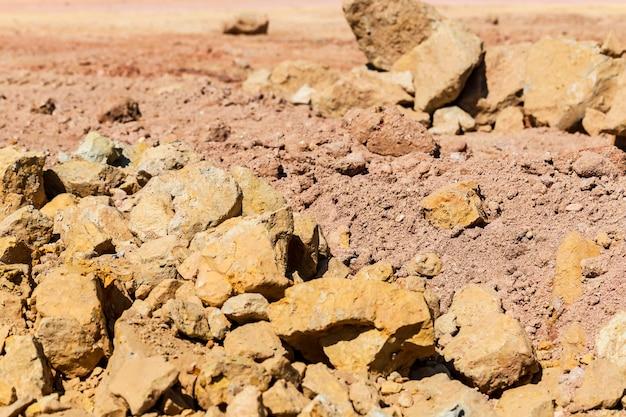 Hopen van grond en stenen die werden opgevuld in het bouwgebied.