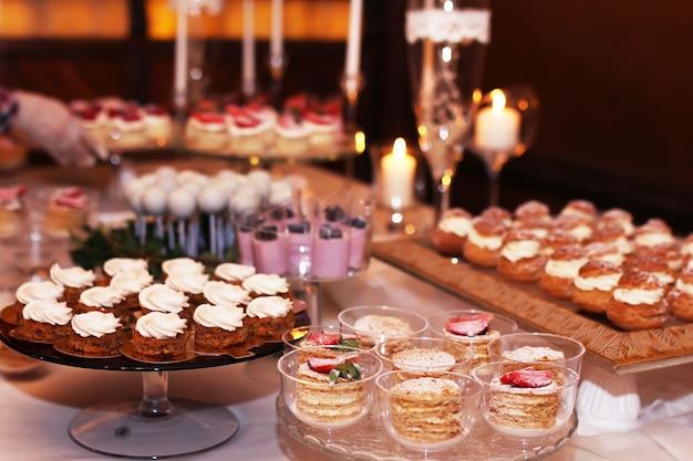 Horecatafel met gesneden chocoladetaarten versierd met verse frambozen en noten.