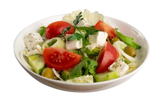 Horiatiki salade in witte kom geïsoleerd met uitknippad