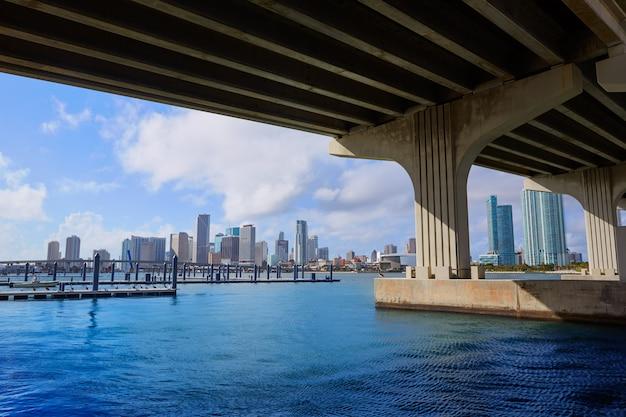 Horizon de van de binnenstad van miami onder brug florida