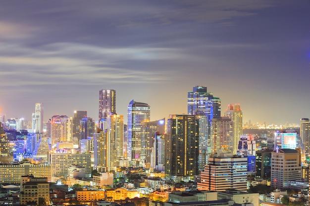 Horizon van de binnenstad van bangkok bij nacht