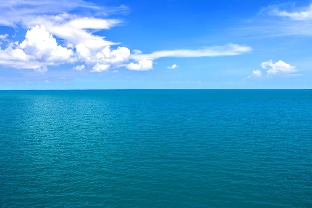 Horizon van overzeese oceaan en blauwe hemelachtergrond