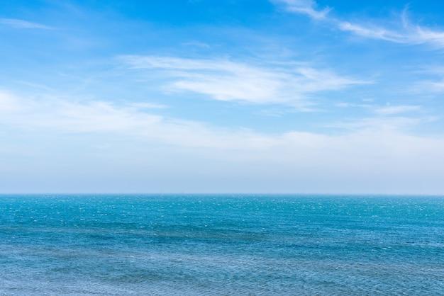 Horizonlijn boven het zeeoppervlak